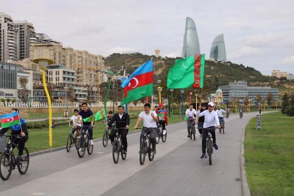 В Баку устроили велопробег в честь 30-летия независимости Туркменистана