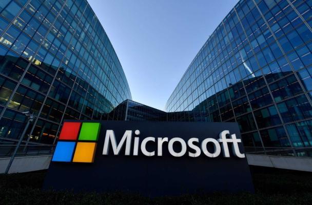 Microsoft koronawirus sebäpli işgärleriň ofislere gaýdyp barmagyny yza süýşürýär