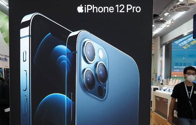 Apple tanyşdyrylyş dabarasyndan soň iki iPhone modelini satuwdan aýyrdy
