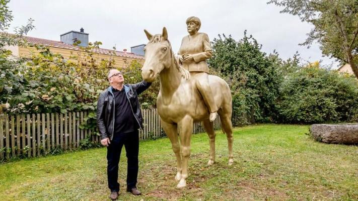 Bawariýadaky muzeýiň öňünde Angela Merkeliň atly heýkeli oturdyldy